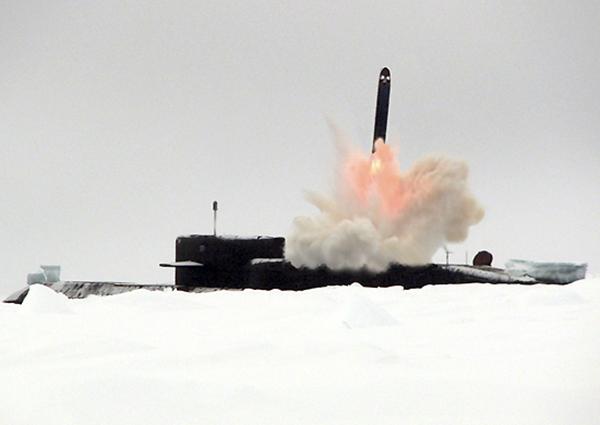 Надводный старт субмарины типа БДР