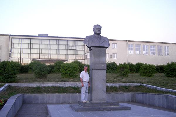 Памятник академику Макееву в Миассе. Рядом стоит мой однокурсник и сосед по Бастилии Сергей Сотов
